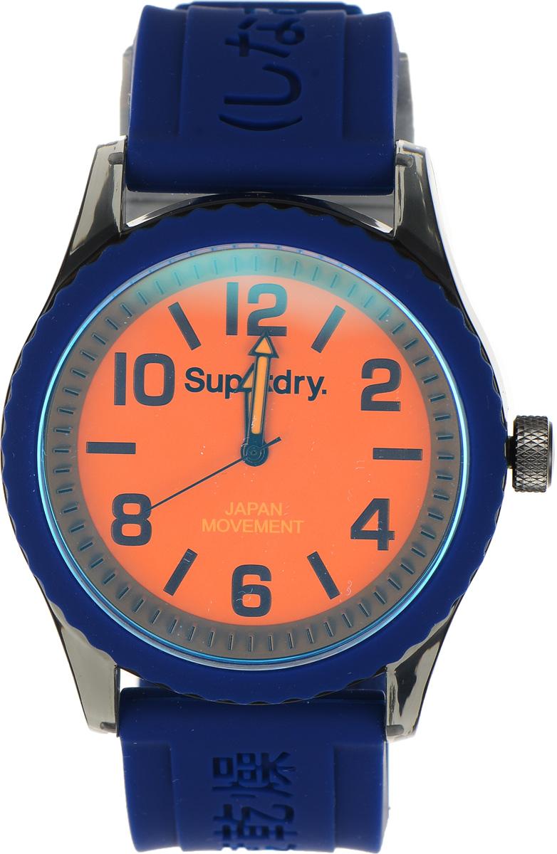 Часы наручные Superdry Urban, цвет: синий. SYG146UOSYG146UOСтильные часы Superdry Urban выполнены из пластика и хезалитового стекла. Циферблат оформлен символикой бренда. Корпус изделия оснащен кварцевым механизмом и дополнен устойчивым к царапинам хезалитовым стеклом. Ремешок современного дизайна выполнен из силикона и оснащен пряжкой, которая позволит с легкостью снимать и надевать изделие. Часы поставляются в фирменной упаковке. Часы Superdry Urban сочетают в себе американский винтаж, японскую эстетику и традиционный британский стиль, тем самым прекрасно дополнят образ.