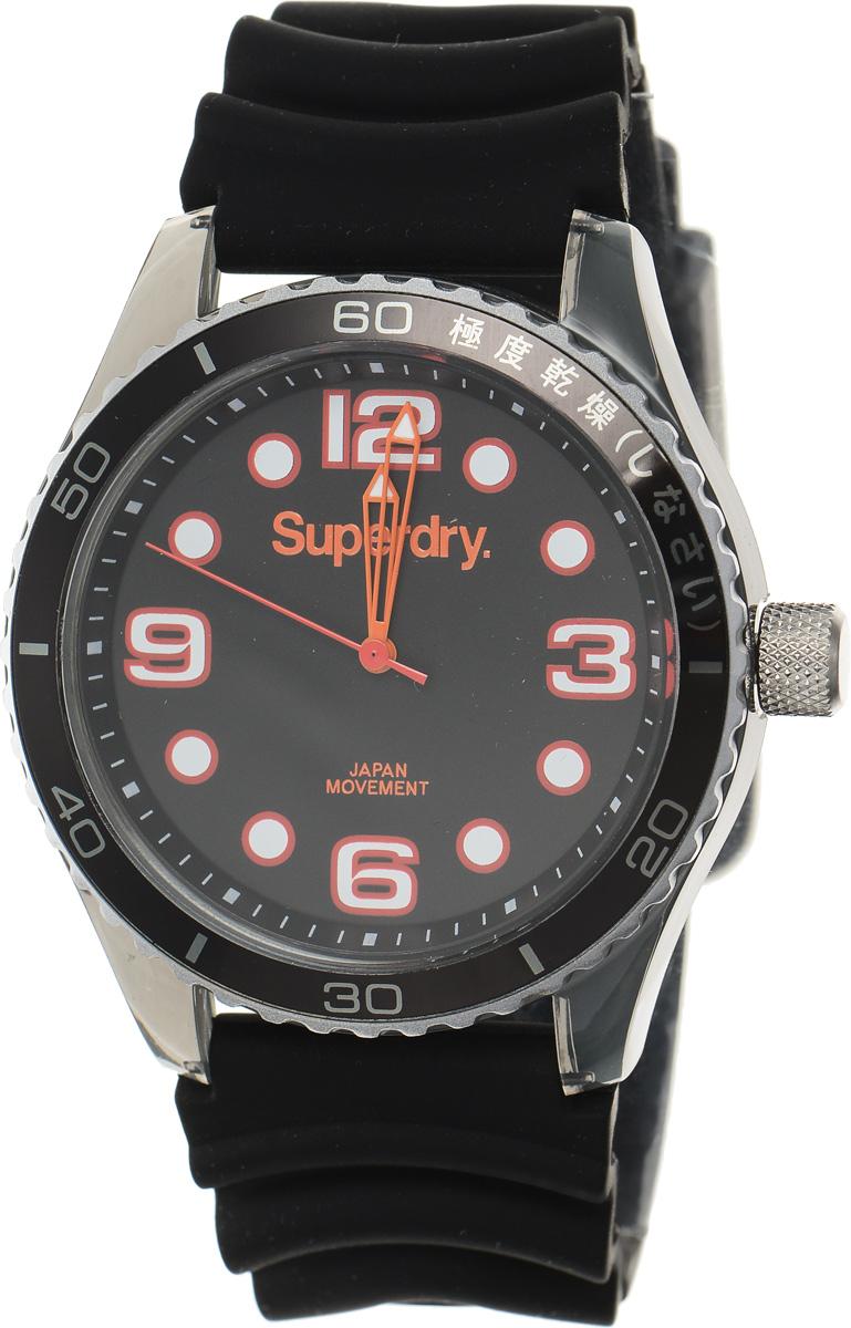 Часы наручные Superdry Urban, цвет: черный. SYG163BSYG163BСтильные часы Superdry Urban выполнены из пластика и хезалитового стекла. Циферблат оформлен символикой бренда. Корпус изделия оснащен кварцевым механизмом и дополнен устойчивым к царапинам хезалитовым стеклом. Ремешок современного дизайна выполнен из силикона и оснащен пряжкой, которая позволит с легкостью снимать и надевать изделие. Часы поставляются в фирменной упаковке. Часы Superdry Urban сочетают в себе американский винтаж, японскую эстетику и традиционный британский стиль, тем самым прекрасно дополнят образ.