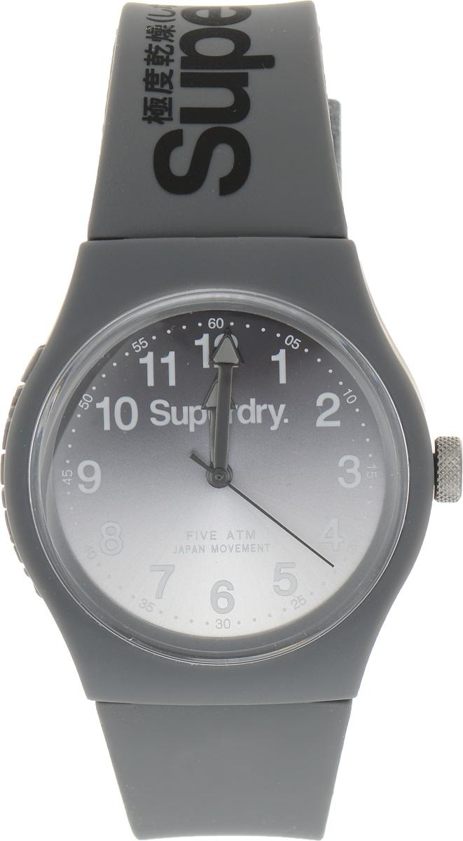 Часы наручные Superdry Urban, цвет: серый. SYG198EESYG198EEСтильные часы Superdry Urban выполнены из нержавеющей стали, пластика и хезалитового стекла. Циферблат оформлен символикой бренда. Корпус изделия имеет степень влагозащиты 5 Bar, оснащен кварцевым механизмом и дополнен устойчивым к царапинам хезалитовым стеклом. Ремешок современного дизайна выполнен из силикона и оснащен пряжкой, которая позволит с легкостью снимать и надевать изделие. Часы поставляются в фирменной упаковке. Часы Superdry Urban сочетают в себе американский винтаж, японскую эстетику и традиционный британский стиль, тем самым прекрасно дополнят образ.