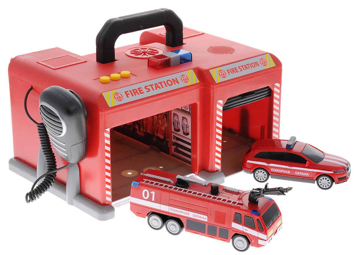 Dickie Toys Игровой набор Спасательная станция3716004Игровой набор Спасательная станция  - это увлекательная игрушка, которая непременно понравится вашему ребенку. Станция с парковкой со звуковыми и световыми эффектами выполнена в виде сундучка красного цвета. Станция имеет два отделения для автомобилей, оборудованные открывающимися дверями. В набор входит 2 вида спасательного транспорта: легковой автомобиль, пожарная машина с брандспойтом и рация, которая работает как настоящая. В пожарную машину может закачиваться вода и выливаться из шланга при нажатии на специальную кнопку. На крыше строения имеются три кнопочки, при нажатии на которые срабатывает сирена, и включаются световые эффекты. Здание станции сверху оборудовано удобной ручкой, благодаря чему, набор легко взять с собой на прогулку или в поездку на дачу. Ваш ребенок с удовольствием будет играть с набором, придумывая новые захватывающие истории. Для работы требуются 3 батарейки АА (комплектуется демонстрационными).
