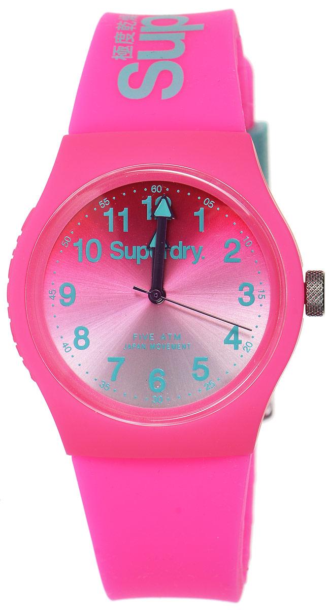 Часы наручные Superdry Urban, цвет: розовый. SYL198PNSYL198PNСтильные часы Superdry Urban выполнены из нержавеющей стали и пластика. Циферблат оформлен символикой бренда. Корпус изделия имеет степень влагозащиты 5 Bar, оснащен кварцевым механизмом и дополнен устойчивым к царапинам хезалитовым стеклом. Ремешок современного дизайна выполнен из силикона и оснащен пряжкой, которая позволит с легкостью снимать и надевать изделие. Часы поставляются в фирменной упаковке. Часы Superdry Urban сочетают в себе американский винтаж, японскую эстетику и традиционный британский стиль, тем самым прекрасно дополнят образ.