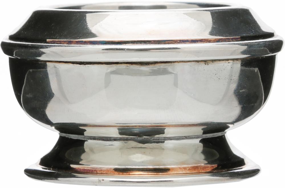 Солонка. Металл, глубокое серебрение. Великобритания, начало ХХ векаОС27728Старинная солонка. Металл, глубокое серебрение. Маркировка: тисненое клеймо Silver plated. Made in England. Датировка: Великобритания, начало ХХ века. Размер: высота 3,5 см, диаметр 6 см. Сохранность хорошая, имеются небольшие потертости покрытия в соответствии с возрастом.