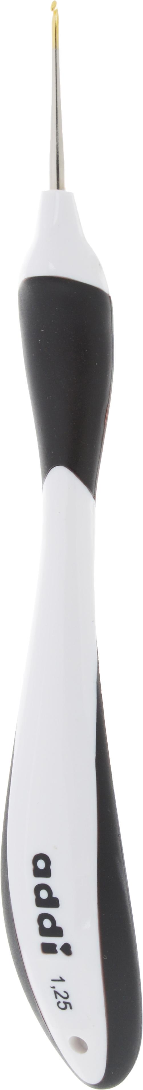 Крючок для вязания Addi Swing, с эргономичной ручкой, диаметр 1,25 мм, длина 16 см. 145-7145-7/1.25-16Крючок Addi Swing выполнен из высококачественного металла с золотистым наконечником. Он оснащен эргономичной прорезиненной пластиковой ручкой, которая позволяет делать короткие движения и не давит на руку. Это расслабляет ладонь, руку и плечо - идеально подходит для людей с артрозом. Дизайн ручки привлечет молодых вязальщиков и вязальщиц. Крючок Addi Swing прекрасно походит для хлопчатобумажных и льняных ниток. Вы сможете вязать для себя и делать подарки друзьям. Работа, сделанная своими руками, долго будет радовать вас и ваших близких.