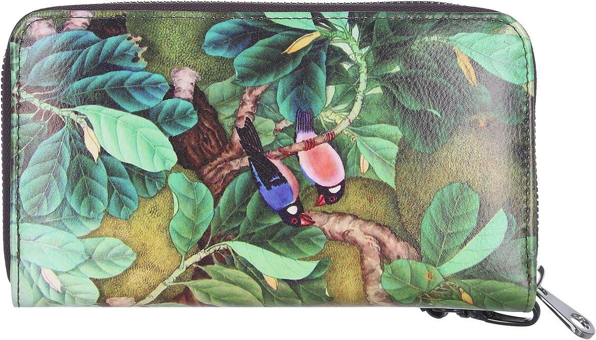 Кошелек женский Модные истории, цвет: зеленый. 3/0226/6083/0226/608Яркий женский кошелек Модные истории изготовлен из искусственной кожи. Кошелек оформлен красочным изображением птиц в лесу. Внутри находятся три отделения для купюр, два боковых открытых кармана, карман на молнии для мелочи и 12 кармашков для визитов и карт (по шесть с каждой стороны). Изделие оснащено съемным ремешком с замком-карабином для удобства ношения на запястье. Кошелек закрывается на застежку-молнию. Оригинальный дизайн и стильный декор в сочетании с удобством и вместительностью делают этот аксессуар незаменимым.