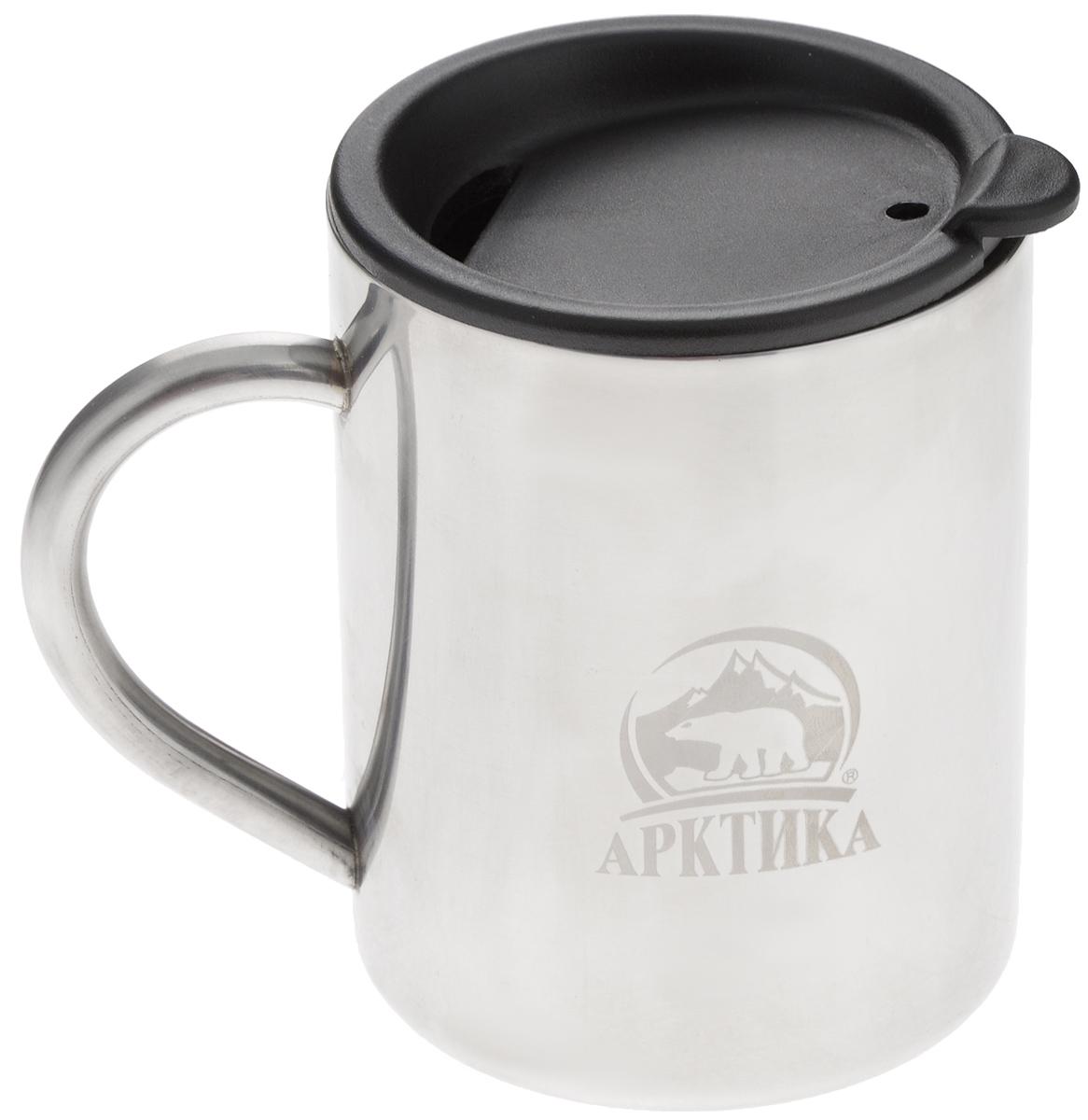 Термокружка Арктика, цвет: металлик, черный, 0,4 л801-400Термокружка Арктика одинаково хороша и при использовании дома, если вы любите растягивать удовольствие от напитка и вам не нравится, что он так быстро остывает, и на даче, где такая посуда особенно впору в силу своей прочности, долговечности и практичности. Изделием приятно пользоваться, ведь оно не обжигает руки, его легко мыть. Термокружка выполнена из прочной нержавеющей стали, благодаря чему ее можно не бояться уронить. Имеется пластиковая крышка с силиконовой вставкой. В ней расположено отверстие, через которое можно пить. Диаметр кружки (по верхнему краю): 7,8 см. Высота кружки (без учета крышки): 10 см.
