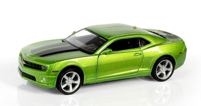Uni-Fortune Toys Модель автомобиля Chevrolet Camaro цвет зеленый металлик554005Z(F)Модель машинки Chevrolet Camaro может доставить много удовольствия не только в качестве детской игрушки, но и стать подарком увлеченному коллекционированием человеку. Ведь игрушечная машинка представляет собой уменьшенную копию потрясающего спортивного автомобиля из Америки. По сравнению с прототипом копия уменьшена в 32 раза. Все элементы игрушки изготовлены из высококачественных материалов и выглядят очень реалистично. Кузов машины выполнен из металла, а мелкие детали и дно из прочного пластика. Модель оборудована фрикционным двигателем: просто потяните машинку чуть назад, а потом отпустите, чтобы она начала движение вперед. Размер машинки: 12,5 х 5,3 х 3,3 см. Цвет: зеленый металлик. Материал: металл, пластик. Размер упаковки: 16,8 x 7,6 x 7,2 см. Упаковка: картонная коробка блистерного типа.