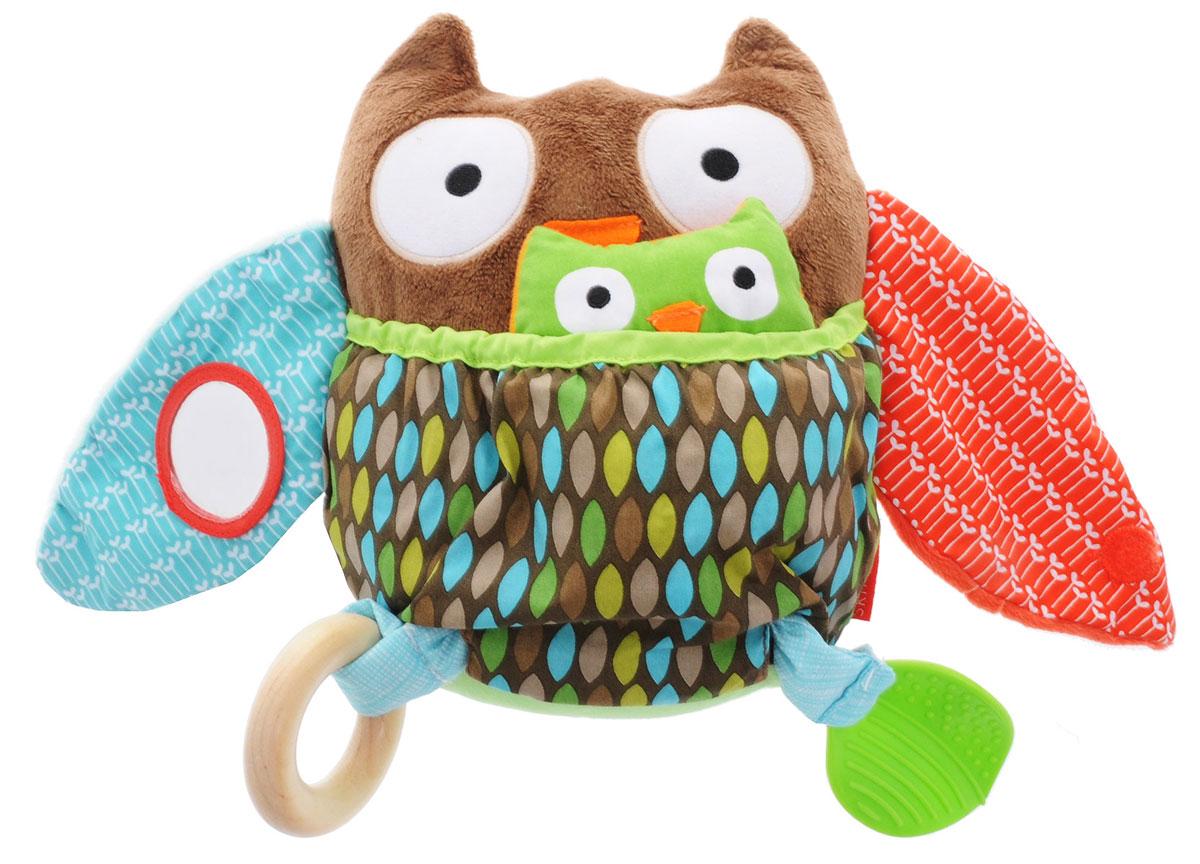 Skip Hop Развивающая игрушка Сова с совенкомSH 307504Развивающая игрушка Skip Hop Сова с совенком можно взять с собой на прогулку в парк, она не даст заскучать и успокоит вашего малыша, если его что-то расстроит. Игрушка выполнена из разнофактурных материалов в виде мамы-совы со своим малышом-совенком. Совенок соединен со своей мамой длинной прочной лентой. Крылья мамы совы шелестят и дополнены маленькими липучками - они могут соединяться друг с другом. В одном из крылышек имеется пришитое безопасное зеркальце. Тело совы дополнено большим карманом, куда может спрятаться совенок. Внутри совенка вшита громкая пищалка, а в голове совы - элемент погремушки. Вместо лапок у игрушки пришитое деревянное колечко и листок-прорезыватель. За счет разнообразной фактуры забавные зверюшки от Skip Hop помогут в тактильном развитии вашему малышу, станут хорошими друзьями и всегда поднимут настроение.