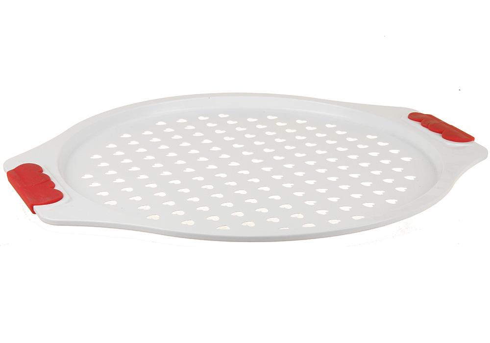 Поднос для пиццы Pomi d'Oro Roma, с керамическим покрытием, 31 см77.858@21225 / Q3107 RomaПоднос для запекания Pomi dOro, модель Q3107, коллекция Roma. Размер 31 см, белое суперпрочное и износостойкое керамическое покрытие Kerano™ внутри и снаружи. Ручки c красными силиконовыми вставками. Штамп по специальной пресс-форме с толщиной боковых стенок - 2-3 мм, верхний кант завальцован. Kerano™ - уникальное керамическое нано-покрытие производства Керано Прудиционе СПА, Виа Дей Милле 40, 80121 Неаполь, Италия, при нанесении которого не используется перфоктановая кислота (PTFE), применяемая в традиционных антипригарных покрытиях, которая вступает в химическую реакцию с пищей во время готовки. Кроме того, Kerano™ имеет специальное финишное нано-покрытие, которое позволяет готовить практически без использования масла.