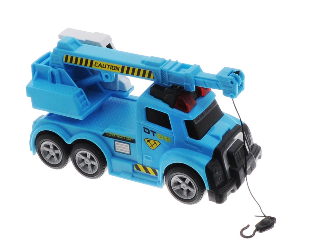 Dickie Toys Автокран3413579Автокран Dickie Toys - интересная машина для ребенка, который увлекается игровой спецтехникой. Машина имеет свободный ход движения, поворотную башню крана. При нажатии на красную кнопку, расположенную рядом с кабиной водителя, стрела крана начинает подниматься-опускаться и выдвигаться. Лебедка управляется вручную. Все это сопровождается включением звука сирены и красных сигнальных огней в верхней части машины, что придает игре большую реалистичность. Рекомендуется докупить 3 батарейки напряжением 1,5V типа LR41 (товар комплектуется демонстрационными).