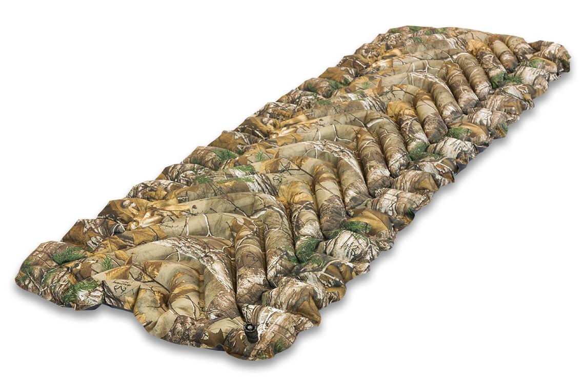 Надувной коврик Klymit Static V pack Realtree Camo, цвет: камуфляж06SVXT01CСамый популярный туристический коврик с инновационным V- анатомическим дизайном, с функцией сохранения тепла для лучшей поддержки и максимального комфорта. Экономит время и энергию за счет быстрой системы наддува. Идеален для любого путешествия (для использования на земле, в палатке). Технология body mapping (комфорт за счет учета ключевых точек давления тела на коврик). Динамические боковые направляющие. - Материал – полиэстер 75D - Надувается за 10-15 выдохов - Коэффициент теплоизоляции – 1.3 (до +2°С); 3 сезона - Размер - 183 см x 59 см (толщина - 6.5 см) ; в сложенном виде - 7.62 см x 20.3 см (как бутылка воды) - Вес – 527 гр. - В комплекте – коврик, набор для ремонта (патч и клей),чехол - Цвет – песочно- камуфлированный