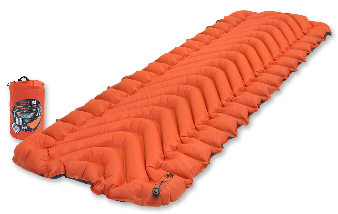 Надувной коврик Klymit Insulated Static V, цвет: оранжевый06IVOr01CТуристический коврик с инновационным V- анатомическим дизайном и синтетическим утеплителем, с высоким коэффициентом сохранения тепла для обеспечения комфорта! Идеален для путешествия в холодную погоду (для использования на земле, в палатке). Технология body mapping Динамические боковые направляющие фиксируют тело во время сна - Материал – полиэстер 75D; синтетический утеплитель - Надувается за 10- 12 выдохов - Коэффициент теплоизоляции – 4.4 ; до - 25 °С; 4 сезона - Размер - 183 см x 58.4 см x 6.5 см; в сложенном виде - 12.7 см x 20.3 см - Вес – 709 гр. - В комплекте – коврик, набор для ремонта (патч и клей), чехол - Цвет - Оранжевый