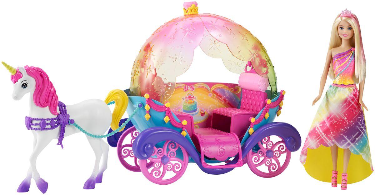 Barbie Игровой набор с куклой Радужная каретаDPY38Радужная карета и кукла Barbie - чудесный игровой набор, который вызовет восторгу у любого ребенка. Кукла Барби отправляется в волшебное путешествие на сказочной карете, запряженной единорогом! Сказочная крыша кареты выполнена из прозрачного розового пластика. Крыша кареты откидная - можно совершать прогулки в летний жаркий день и наслаждаться теплом солнечных лучей, а можно поднять верх, если в игре стало прохладно. Барби, как всегда, выглядит просто превосходно - радужное платье сочетается с расцветкой кареты, длинные белокурые волосы с розовыми прядями украшает изящная диадема. В карету запряжен белоснежный единорог с розовой гривой. С таким набором Барби готова отправиться в сказочное путешествие в любой момент!