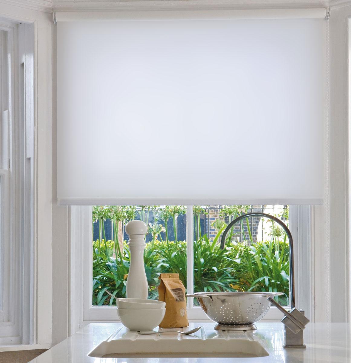 Штора рулонная KauffOrt Миниролло, светонепроницаемая, цвет: белый, ширина 98 см, высота 170 см94098007Рулонная штора KauffOrt Миниролло выполнена из высокопрочной полностью светонепроницаемой ткани белого цвета, которая сохраняет свой размер даже при намокании. Ткань не выцветает и обладает отличной цветоустойчивостью. Миниролло - это подвид рулонных штор, который закрывает не весь оконный проем, а непосредственно само стекло. Такие шторы крепятся на раму без сверления при помощи зажимов или клейкой двухсторонней ленты. Окно остаётся на гарантии, благодаря монтажу без сверления. Такая штора станет прекрасным элементом декора окна и гармонично впишется в интерьер любого помещения.