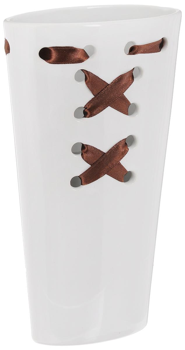 Ваза Sima-land Шнуровка, цвет: белый, коричневый, высота 20,7 см799614_белый, коричневыйОригинальная ваза Sima-land Шнуровка, изготовленная из прочной керамики, украшена текстильным элементом в виде шнурка. Шнуровка - необычное украшение для вазы, этот аксессуар сделает уникальным любое помещение. Такая ваза с легкостью впишется практически в любой интерьер. Она станет изумительным подарком, который доставит радость, ведь это не только красивый, но еще и функциональный презент.