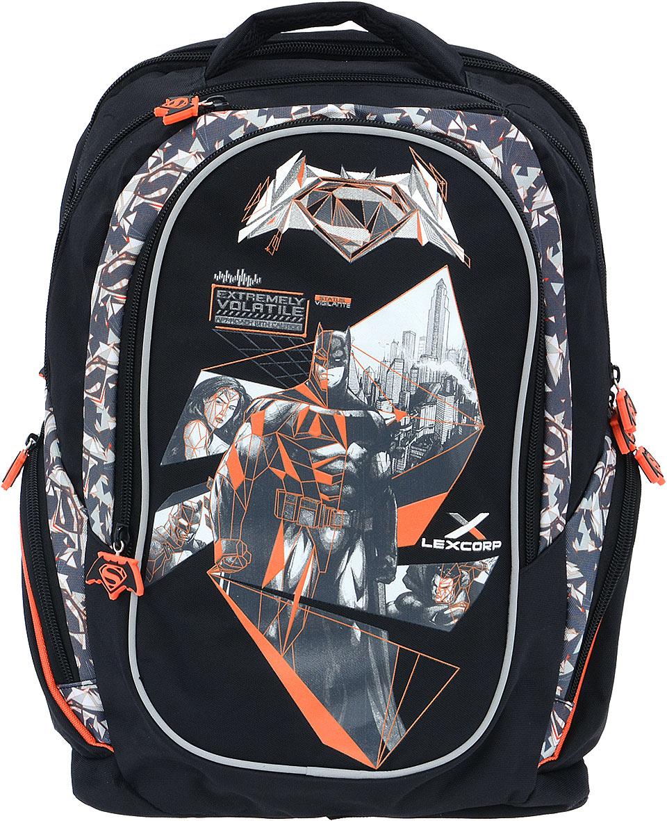 Proff Рюкзак детский Бэтмен против СуперменаVS16-BP-08Детский рюкзак Proff Бэтмен против Супермена - это красивый и удобный рюкзак, который подойдет всем, кто хочет разнообразить свои школьные будни. Внешние поверхности и подкладка рюкзака выполнены из полиэстера, уплотнители - из поролона, элементы отделки - из пластика, металла, ПВХ. Рюкзак имеет два основных отделения на застежках-молниях. Внутри одного отделения расположен мягкий карман на липучке для различных гаджетов, во втором отделении нет карманов. На лицевой стороне расположен накладной карман на молнии. Внутри кармана имеется органайзер для канцелярских принадлежностей и лента с карабином для ключей. Между отделением и накладным внешним карманом имеется специальный небольшой кармашек на застежке-молнии, который можно использовать для мобильного телефона. По бокам рюкзака находятся два боковых кармана на молниях. Рюкзак также оснащен удобной ручкой для переноски. Светоотражающие элементы обеспечивают безопасность в местах движения автомобилей и помогут пересечь...