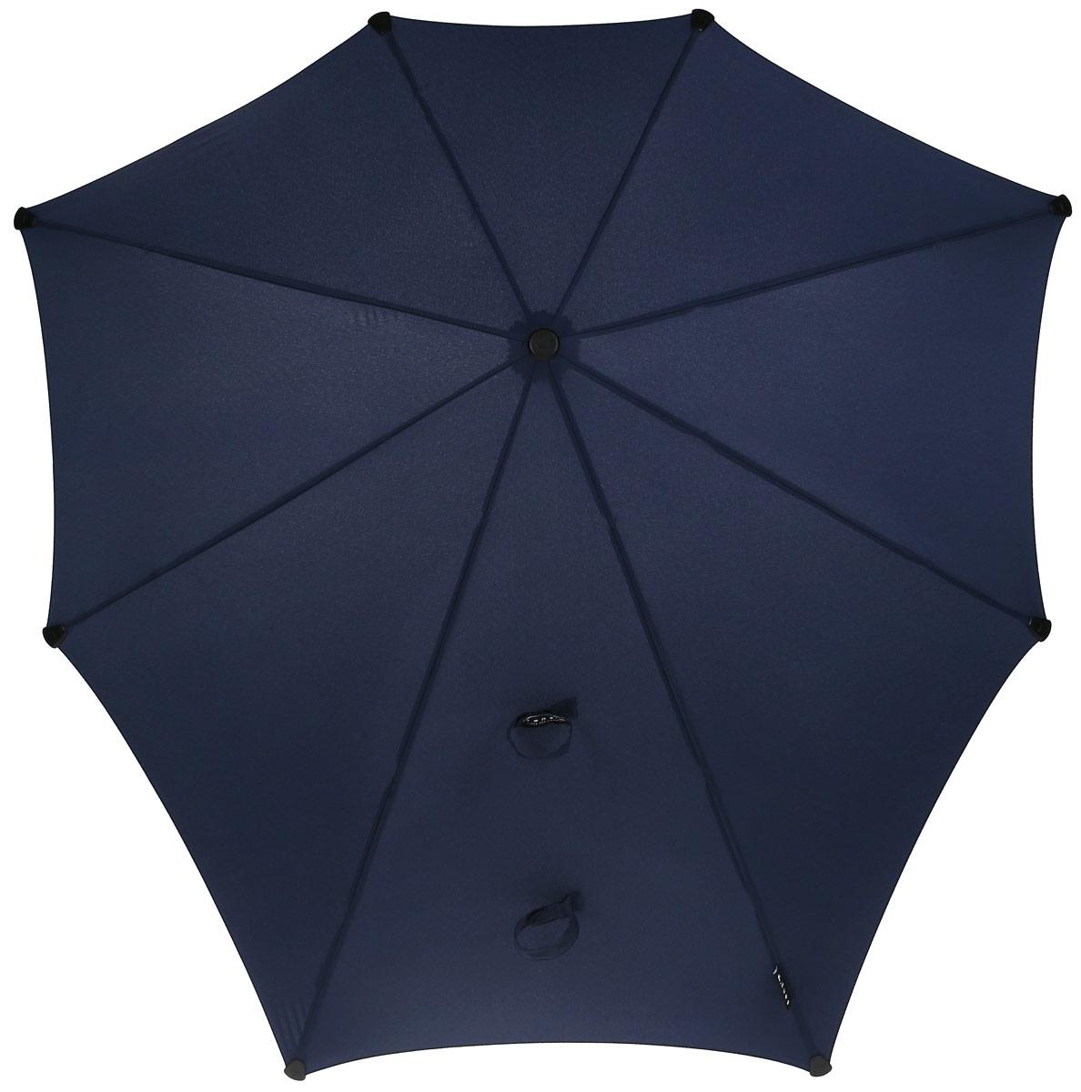Зонт-трость Senz, цвет: темно-синий. 20110482011048Зонт-трость Senz - инновационный противоштормовый зонт, выдерживающий любую непогоду. Форма купола продумана так, что вы легко найдете самое удобное положение на ветру - без паники и без борьбы со стихией. Закрывает спину от дождя. Благодаря своей усовершенствованной конструкции, зонт не выворачивается наизнанку даже при сильном ветре. Модель Senz Original выдержала испытания в аэротрубе со скоростью ветра 100 км/ч. Характеристики: тип - трость, выдерживает порывы ветра до 100 км/ч, УФ-защита 50+, удобная мягкая ручка, безопасные колпачки на кончиках спиц, в комплекте прочный чехол из плотной ткани с лямкой на плечо, гарантия 2 года.