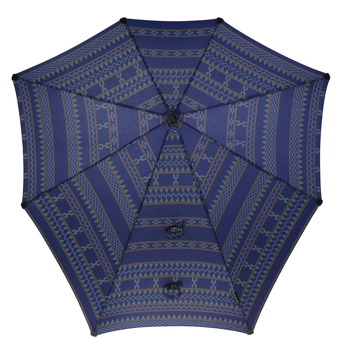 Зонт-трость Senz, цвет: темно-синий. 20110502011050Зонт Senz - инновационный противоштормовый зонт, выдерживающий любую непогоду. Входит в коллекцию senz6, разработанную совместно со знаменитыми дизайнерами фэшн-индустрии и отвечающую новейшим веяниям моды. Форма купола продумана так, что вы легко найдете самое удобное положение на ветру - без паники и без борьбы со стихией. Закрывает спину от дождя. Благодаря своей усовершенствованной конструкции, зонт не выворачивается наизнанку даже при сильном ветре. Характеристики: тип - автомат, тип сложения - трость, выдерживает порывы ветра до 100 км/ч, УФ-защита 50+, эргономичная ручка, безопасные колпачки на кончиках спиц, в комплекте чехол с фирменным принтом, гарантия 2 года