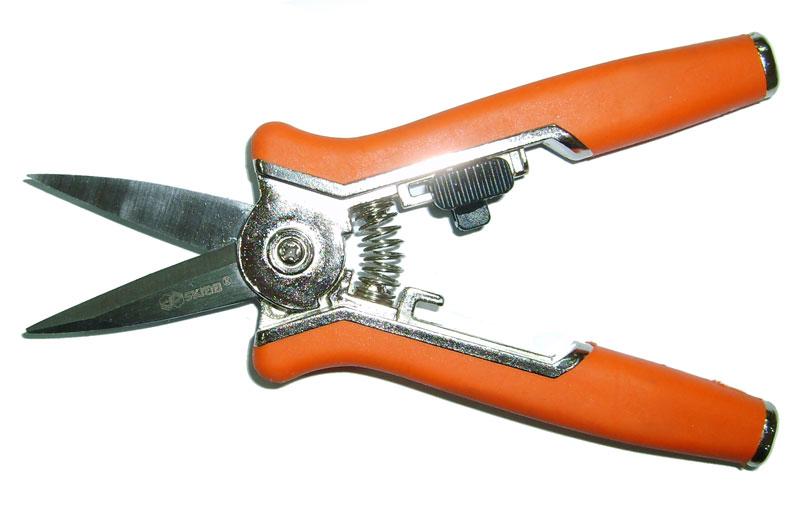 Секатор Skrab, мини, прямой, 153мм. 2800728007Длина 153 мм Секатор садовый с прямыми лезвиями. Эргономичный дизайн секаторов SKRAB обеспечивает комфортное и простое применение, они признаны успешными в своем сегменте многими садоводами и экспертами отрасли за производительность и рабочие качества. Их рукоятки изготовлены из металла, покрытого противоскользящим прорезиненным пластиком, а раскрытие и закрытие лезвий из нержавеющей стали фиксируются удобной предохранительной защелкой. Инструмент должен идеально подходить именно вашей руке, таким образом, вы обеспечите себе наименьшее количество усилий при работе.