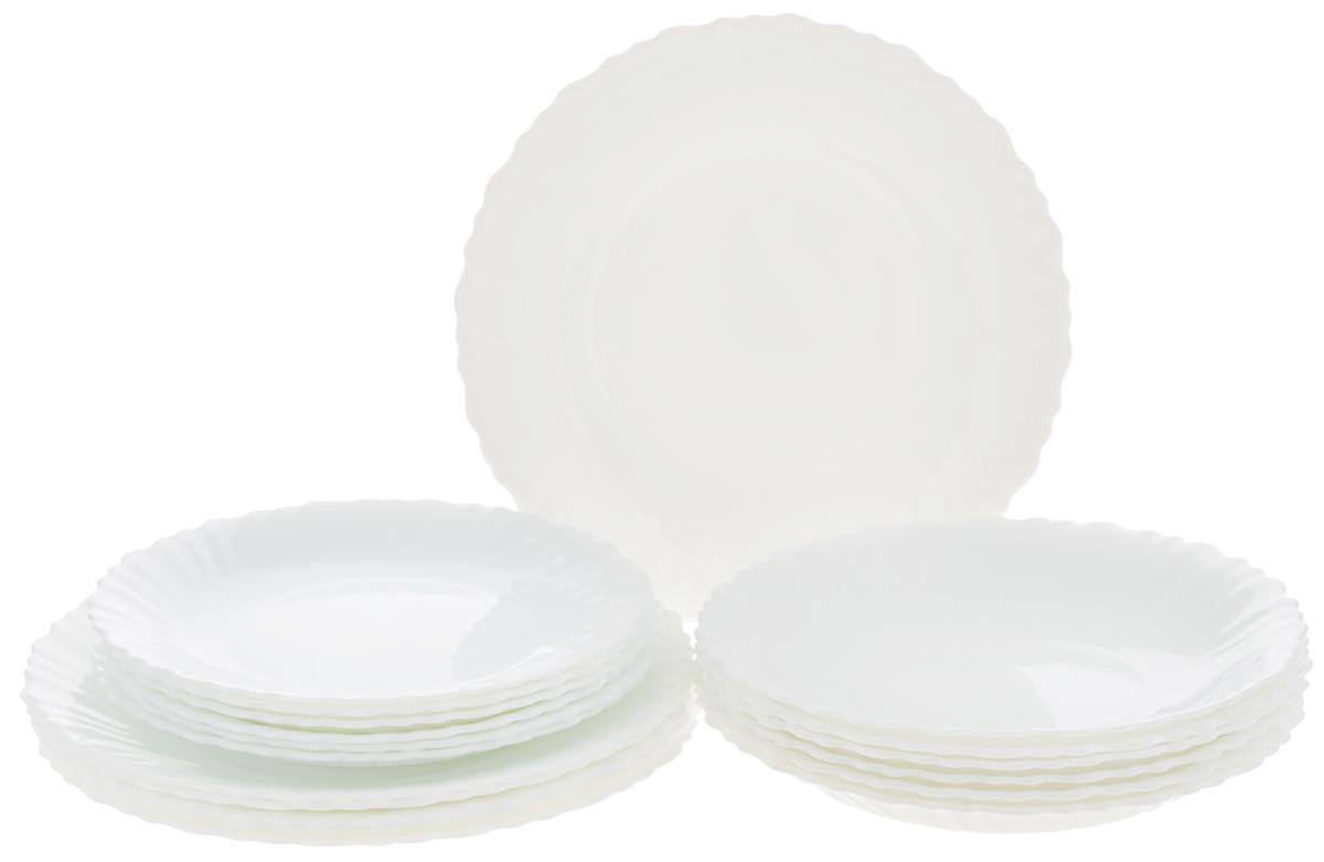 Набор столовой посуды Luminarc Feston, 18 предметовD8786Набор Luminarc Feston состоит из 6 суповых тарелок, 6 обеденных тарелок и 6 десертных тарелок. Изделия выполнены из ударопрочного стекла, имеют яркий дизайн с рисунком по краям и классическую круглую форму. Посуда отличается прочностью, гигиеничностью и долгим сроком службы, она устойчива к появлению царапин и резким перепадам температур. Такой набор прекрасно подойдет как для повседневного использования, так и для праздников или особенных случаев. Набор столовой посуды Luminarc Feston - это не только яркий и полезный подарок для родных и близких, а также великолепное дизайнерское решение для вашей кухни или столовой. Можно мыть в посудомоечной машине и использовать в микроволновой печи. Диаметр суповой тарелки: 21 см. Высота суповой тарелки: 3 см. Диаметр обеденной тарелки: 23 см. Высота обеденной тарелки: 2 см. Диаметр десертной тарелки: 19 см. Высота десертной тарелки: 1,7 см.
