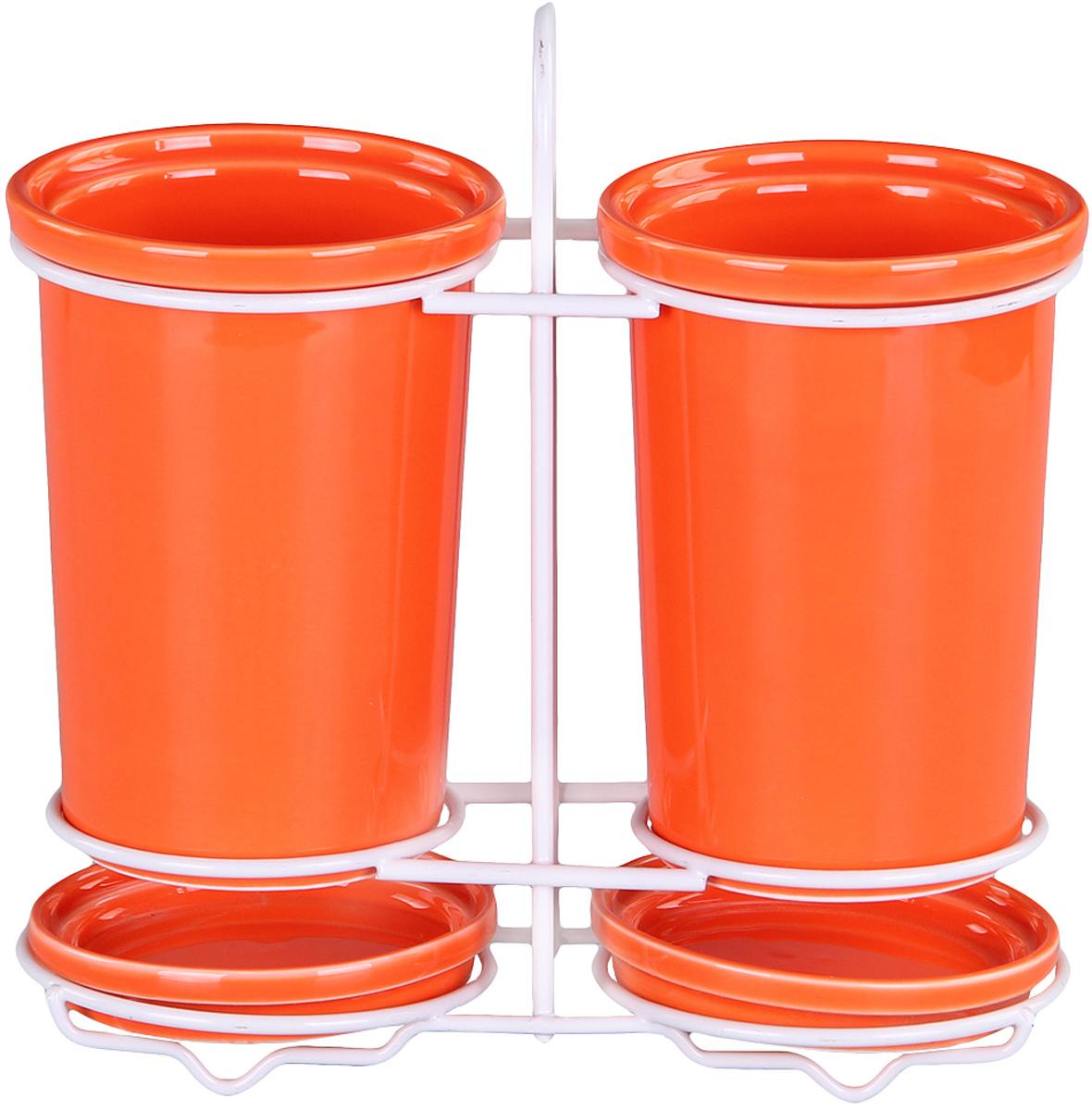 Подставка Patricia для столовых приборов. IM99-5235IM99-5235Подставка для столовых приборов и поддон выполнены из керамики, а специальный держатель из хромированной стали. Применение в производстве специальных эмалей позволяет керамике, используемой в этом изделии, соперничать по своим эстетическим свойствам с фарфором. Поддон для сбора воды легко мыть благодаря удобной конструкции держателя.