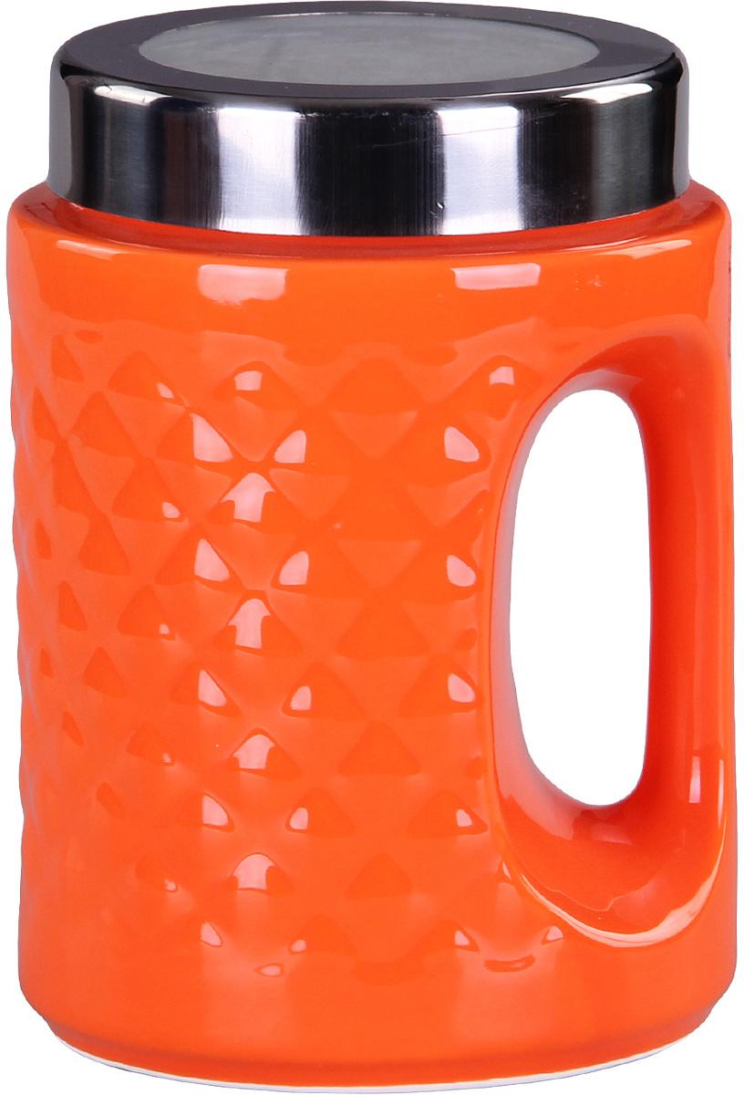 Банка для сыпучих продуктов Patricia, цвет: оранжевый, высота 18 смIM99-5245Банка для сыпучих продуктов Patricia выполнена из глазурованной керамики высокого качества и оформлена рельефом. Банка снабжена плотно закрывающейся крышкой и удобной ручкой. Она идеально подойдет для хранения чая, кофе, сахара, круп и других сыпучих продуктов. Прозрачная вставка в крышке позволяет видеть содержимое. Изделие сохраняет продукты свежими и ароматными на длительное время. Функциональная и вместительная, такая банка станет незаменимым аксессуаром и стильно оформит интерьер кухни. Высота банки: 18 см.