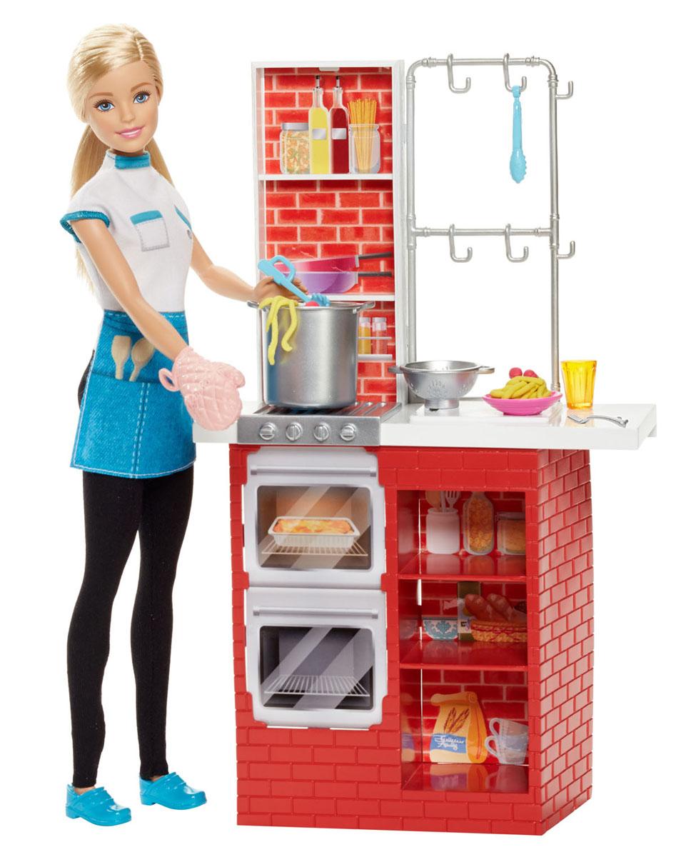 Barbie Игровой набор с куклой Шеф итальянской кухниDMC36Кукла Барби известна своим особым стилем. А теперь и каждая девочка может создать свой особый стиль, или испробовать новую профессию итальянского повара! Кукла Барби выглядит как настоящий шеф-повар. На куколке белая кофточка с синим фартуком и, черные брюки, на ногах - удобные туфли. На руке у куклы - варежка-прихватка. Барби предстоит приготовить на обед спагетти и фрикадельки. Игровой набор состоит из кухонной стойки с плитой, полочками и аксессуарами. Необходимые аксессуары для приготовления итальянского обеда: пластилин, специальный инструмент для изготовления спагетти (паста-машина), кастрюля, дуршлаг и посуда. Для хранения аксессуаров имеется множество удобных полок и крючки. Замечательные аксессуары в стиле Барби разнообразят игры вашей малышки с куклой.
