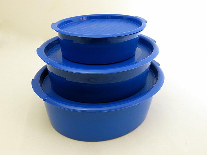 Набор пищевых контейнеров Solaris, цвет: синий, 3 штS1301Набор из трех универсальных пищевых контейреров: большая овальная миска/контейнер 4,0л с ручками, миска 2,2л, миска 0,8л. Каждая миска снабжена герметичной крышкой. Набор идеально подходит для хранения и перевозки овощей, салатов, солений, мяса для шашлыка и т.п. Также эти контейнеры удобно использовать вместе с другими раздельными наборами мисок Solaris, с наборами посуды Solaris на 4 и 6 персон в виниловых сумках, а также для доукомплектовния уже имеющейся посуды. Когда контейнеры не использутся, они хранятся один внутри другого по принципу матрешки и занимают минимум места. Сведения о посуде: Посуда из ударопрочного пищевого полипропилена предназначена для многократного использования. Легкая, прочная и износостойкая, эта посуда работает в диапазоне температур от -25 °С до +110 °С. Можно мыть в посудомоечной машине. Экологически чистый продукт. Эта посуда также обеспечивает: - Хранение горячих и холодных пищевых продуктов; - Разогрев...