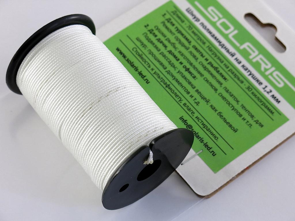 Шнур полиамидный Solaris на катушке, 1,2 мм х 70 м, цвет: белыйS6301wПрочный многоцелевой плетеный шнур из полиамида, выдерживает нагрузку на разрыв 30 кг. Для удобства использования шнур намотан на катушку, на торце катушки есть прорезь для фиксации свободного конца шнура. Диаметр шнура 1,2 мм, длина 70 метров. Свойства и конструкция полиамидного шнура: Стойкость к солнечному излучению (ультрафиолет), влаге, истиранию, воздействию насекомых. Не подвержен гниению и плесени. Диапазон рабочих температур от -60 до +120 °С. Шнур диаметром 1,2 мм состоит из восьми плотно сплетенных прядей. Благодаря такой надежной конструкции шнур не расплетается при повреждении одной или даже нескольких прядей. Сферы применения полиамидного шнура: - Туризм, рыбалка, охота: Ремонт орудий лова, палаток, тентов, туристического снаряжения. Применяется для оснастки лодок, развешивания рыбы для сушки. Изготовление силков, снегоступов и т.п. - Дачное и домашнее хозяйство, для офиса: Подвязывание рассады, разметка...