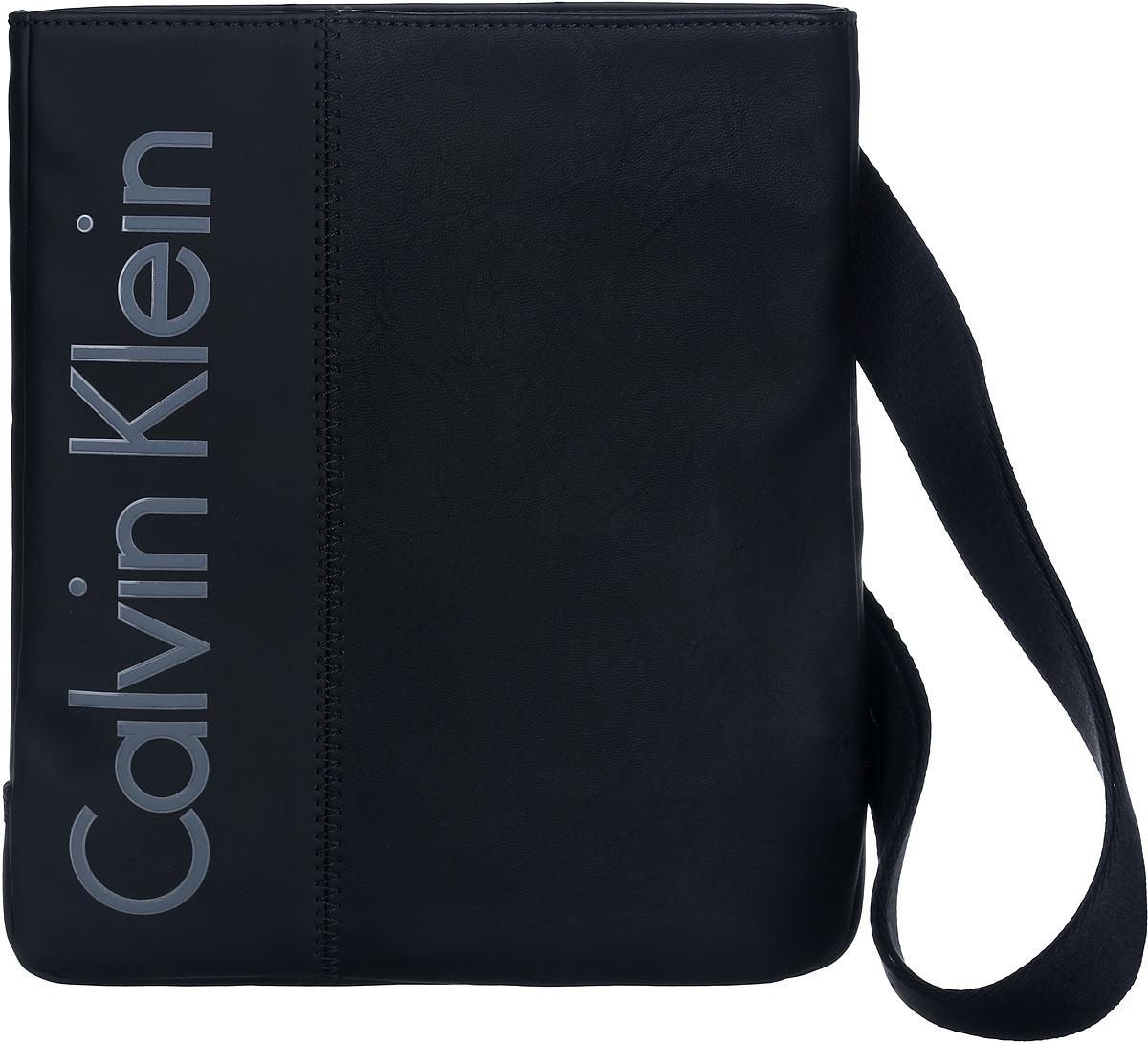 Сумка мужская Calvin Klein, цвет: черный. K50K501611_0010K50K501611_0010Стильная сумка Calvin Klein выполнена из полиуретана и хлопка, оформлена символикой бренда. Изделие содержит одно отделение, которое закрывается на застежку-молнию. Внутри сумки размещены накладной кармашек для мелочей и врезной карман на застежке-молнии. Сумка оснащена плечевым ремнем регулируемой длины. В комплекте с изделием поставляется чехол для хранения. Модная сумка идеально подчеркнет ваш неповторимый стиль.
