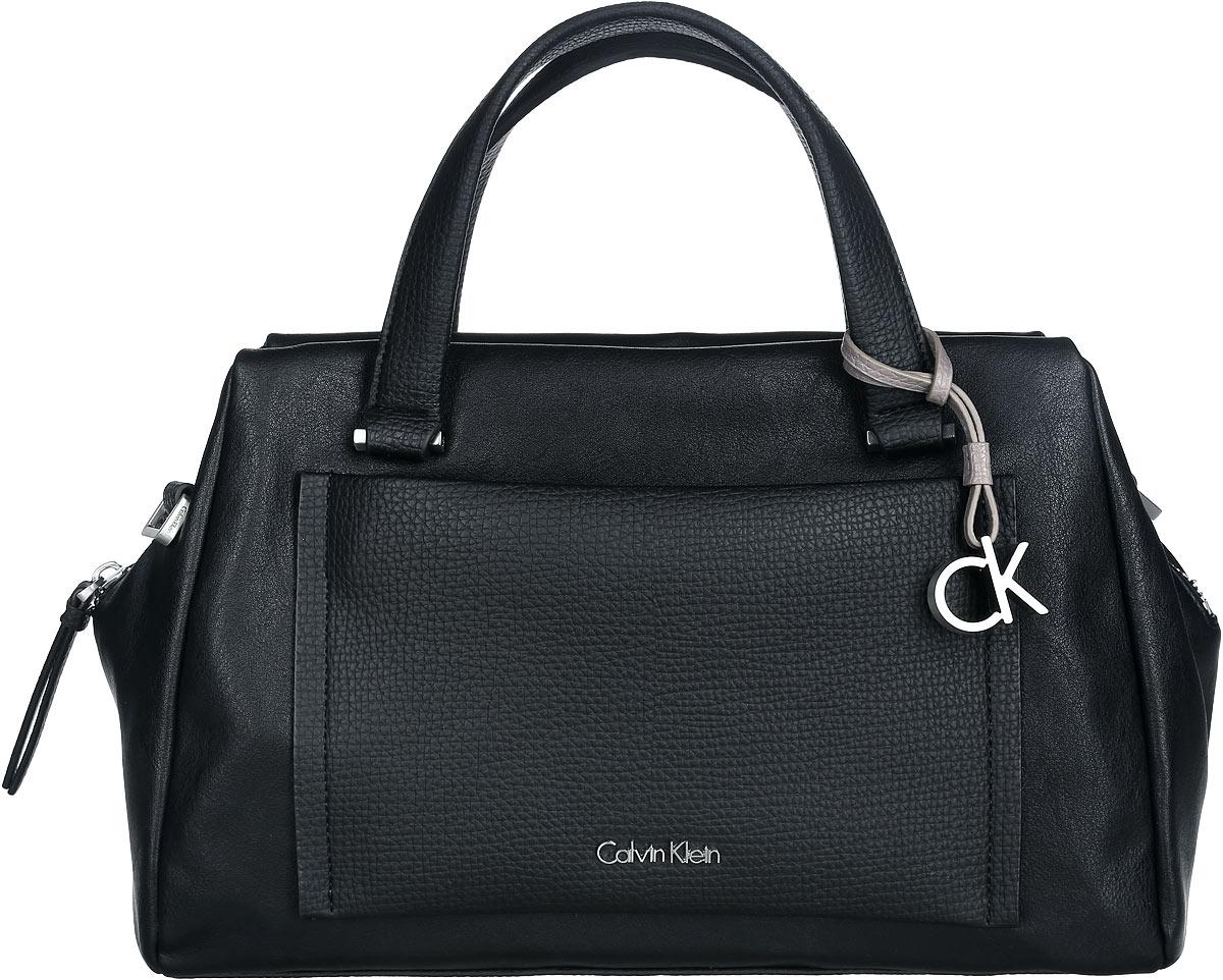 Сумка женская Calvin Klein, цвет: черный. K60K601639_0010K60K601639Стильная сумка Calvin Klein выполнена из искусственной кожи с зернистой фактурой, оформлена металлической фурнитурой и декоративной подвеской с символикой бренда. Изделие содержит одно отделение, которое закрывается застежку-молнию. Внутри сумки размещены два накладных кармашка для мелочей и врезной карман на застежке-молнии. На лицевой стороне расположен накладной кармашек на застежке-молнии. Сумка оснащена съемным плечевым ремнем регулируемой длины и двумя удобными ручками. В комплекте с изделием поставляется чехол для хранения. Модная сумка идеально подчеркнет ваш неповторимый стиль.