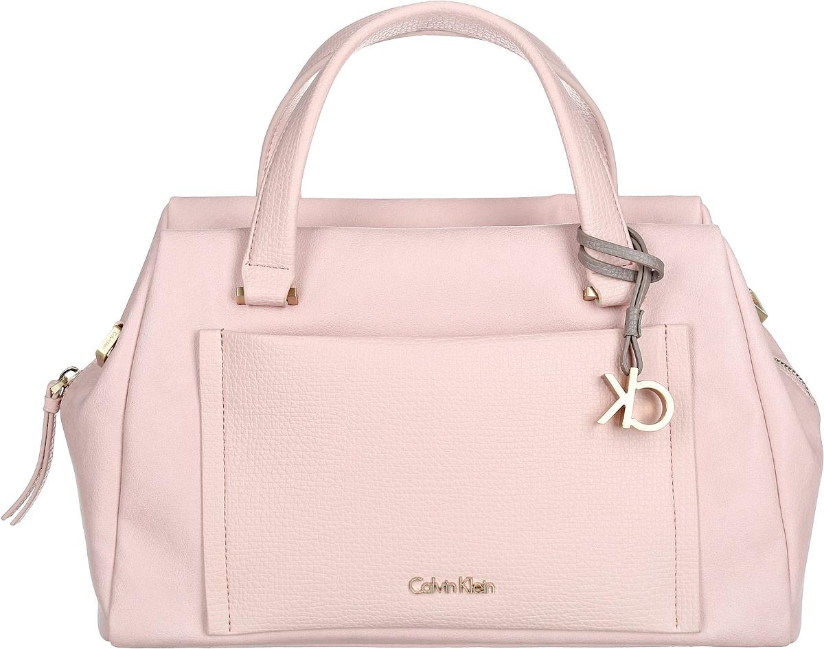 Сумка женская Calvin Klein Jeans, цвет: светло-розовый. K60K601639_6340K60K601639_6340Стильная сумка Calvin Klein выполнена из искусственной кожи с зернистой фактурой, оформлена металлической фурнитурой и декоративной подвеской с символикой бренда. Изделие содержит одно отделение, которое закрывается застежку-молнию. Внутри сумки размещены два накладных кармашка для мелочей и врезной карман на застежке-молнии. На лицевой стороне расположен накладной кармашек на застежке-молнии. Сумка оснащена съемным плечевым ремнем регулируемой длины и двумя удобными ручками. В комплекте с изделием поставляется чехол для хранения. Модная сумка идеально подчеркнет ваш неповторимый стиль.