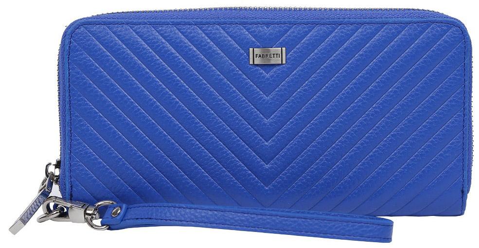 Кошелек женский Fabretti 77006-blue print77006-blue printЯркий и вместительный кошелек от итальянского бренда Fabretti выполнен из натуральной кожи с невероятно стильной геометрической строчкой. Сочный и насыщенный синий цвет, роскошная фурнитура под серебро и элегантный съемный брелок превращают модель в изящный аксессуар, который понравится любой моднице. Внутри изделия находятся пять отделений для купюр, одно из которых предназначено для монет и закрывается на удобную молнию. Вы также сможете разместить свои дисконтные и кредитные карточки с помощью 8 карманов. Аксессуар закрывается на молнию с модным поводком.