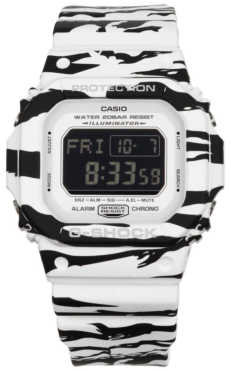 Часы наручные Casio G-Shock, цвет: черный, белый. DW-5600WB-7EDW-5600WB-7EМногофункциональные часы Casio G-Shock, выполнены из минерального стекла и полимерного материала. Часы оформлены символикой бренда и анималистическим принтом. Электронные часы имеют степень влагозащиты равную 20 BAR. Браслет часов оснащен застежкой-пряжкой, которая позволит с легкостью снимать и надевать изделие. Корпус часов оснащен электролюминесцентной подсветкой. Дополнительные функции: таймер, будильник, секундомер, функция мирового времени, автоматический календарь. Часы поставляются в фирменной упаковке. Многофункциональные часы Casio G-Shock станут незаменимым аксессуаром для активного человека.
