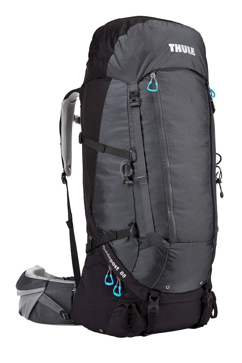 Рюкзак треккинговый мужской Thule Guidepost, цвет: черно-серый, 88л206100Мужской туристический рюкзак Thule Guidepost 88 л - Удобный рюкзак для длительных путешествий Thule Guidepost 88 л отличается настраиваемой системой крепления TransHub, обеспечивающей идеальную посадку, поворачивающимся набедренным ремнем, который позволяет рюкзаку повторять ваши движения, и крышкой, способной трансформироваться в дополнительный рюкзак, который поможет вам покорить любую вершину. Легкая регулировка ремней для торса на 15 см обеспечивает идеальную посадку, а наплечные ремни QuickFit позволяют выбрать из один из трех вариантов длины наплечных ремней Система крепления Transhub с алюминиевой опорой и проволочным каркасом из пружинной стали позволяют перенести вес рюкзака на бедра, обеспечивая более удобную переноску Поворачивающийся набедренный ремень позволяет рюкзаку повторять ваши движения, обеспечивая большую естественность передвижения и улучшенный баланс Съемная крышка трансформируется в просторный рюкзак 24 л, позволяя сочетать два рюкзака в...