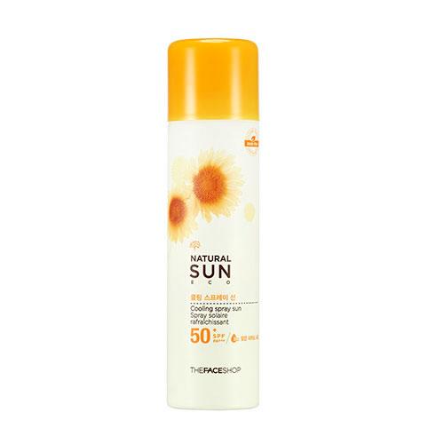 The Face Shop Natural Sun Солцезащитный спрей SPF50+ PA+++, 150 млУТ000001878Линия мягких солнцезащитных средств с УФ фильтрами и натуральными растительными экстрактами. Спрей удобен в использовании. Смягчает кожу и приятно охлаждает ее. Средство надежно защитит кожу от УФ лучей. Может наноситься как на влажную, так и на сухую кожу. Не оставляет следов. Без синтетических консервантов, парабенов, феноксиэтанола и компонентов животного происхождения. Содержит 600 микрограмм экстракта подсолнечника, который прошел сертификацию EcoCert. Ростки подсолнуха богаты питательными веществами и обладают мощными анти-оксидантными свойствами. Ростки защищают кожу от УФ лучей и других вредных факторов окружающей среды. Подсолнечный экстракт нежно и тщательно позаботится о вашей коже.