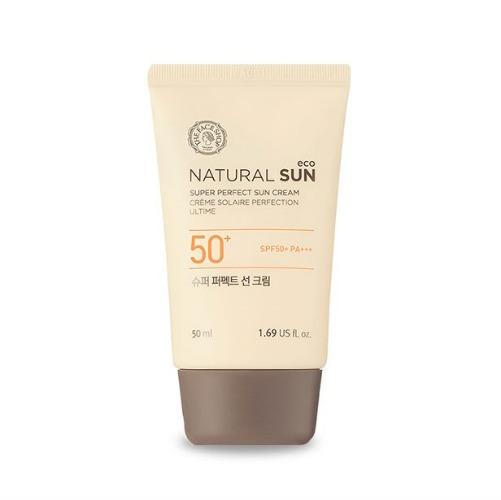 The Face Shop Natural Sun Идеальный солнцезащитный крем SPF50+ PA+++, 50 млУТ000001880Линия мягких солнцезащитных средств с УФ фильтрами и натуральными растительными экстрактами. Мягкий легчайший крем обеспечит отличную защиту от преждевременного старения кожи и вредного воздействия солнечного излучения всех типов. Оптимальная текстура крема моментально впитывается, не оставляя ощущения липкости, освежая и смягчая кожу. Содержит 600 микрограмм экстракта подсолнечника, который прошел сертификацию EcoCert. Ростки подсолнуха богаты питательными веществами и обладают мощными анти-оксидантными свойствами. Ростки защищают кожу от УФ лучей и других вредных факторов окружающей среды. Подсолнечный экстракт нежно и тщательно позаботится о вашей коже.