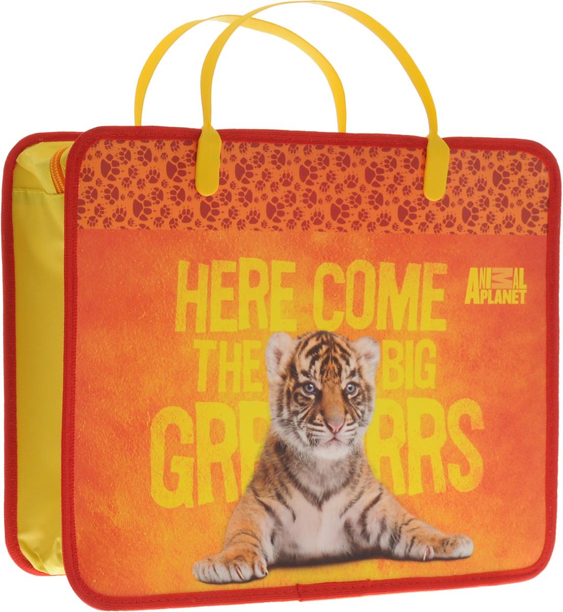 Animal Planet Папка для тетрадей ТигрAP-FZHA4-1_оранжевый, тигрПапка Animal Planet Тигр предназначена для хранения тетрадей, рисунков и прочих бумаг с максимальным форматом А4. Папка выполнена из прочного материала, оформлена изображением милого тигренка и содержит одно отделение. Закрывается она на застежку-молнию. Папка дополнена двумя пластиковыми ручками для переноски. С папкой Animal Planet Тигр тетради вашего ребенка всегда будут выглядеть опрятно.