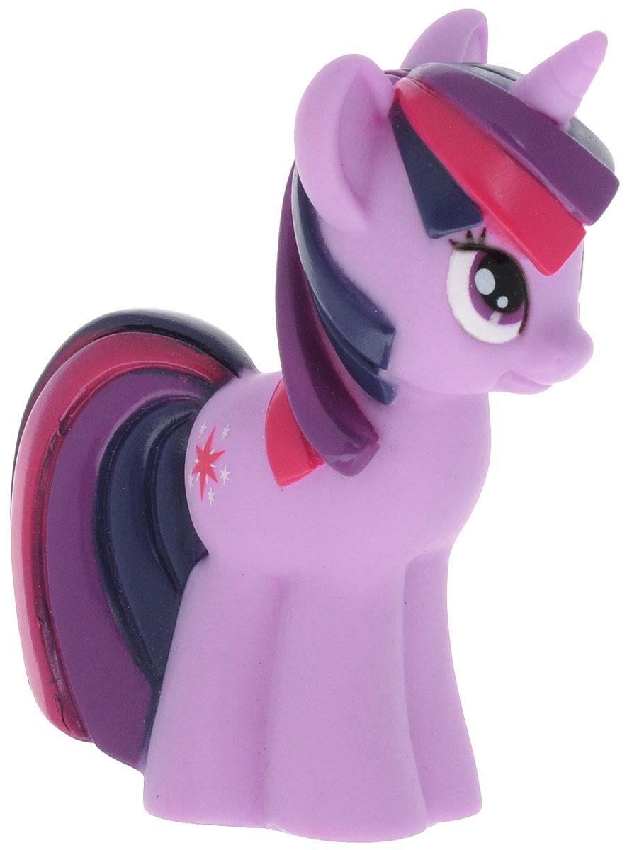 Играем вместе Игрушка для ванной My Little Pony Сумеречная Искорка47RUS_сиреневый, фиолетовый, красныйИгрушка для ванной Играем вместе My Little Pony. Сумеречная Искорка способна занять малыша на все время купания. Она изготовлена из высококачественных и безопасных материалов. Игрушка выполнена в виде пони Сумеречная Искорка. Игрушка несомненно принесет вашему малышу море позитива, а обычное купание превратит в веселую игру. Игрушка пищит и брызгается водой. С такой игрушкой ребенок может развивать мелкую моторику рук, концентрацию внимания и воображение. Порадуйте свою кроху такой необычной игрушкой!
