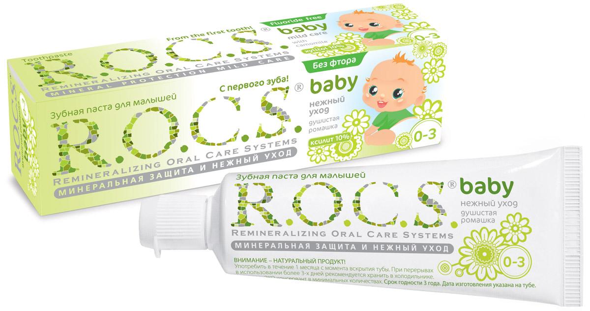 R.O.C.S. Зубная паста для малышей Душистая ромашка от 0 до 3 лет 45 г03-01-026Безопасная при проглатывании и эффективная формула, легкий цветочный аромат - сделали эту зубную пасту несомненным хитом среди родителей и малышей! Уникальная зубная паста R.O.C.S. Baby Душистая ромашка предназначена для ухода за зубами малышей, начиная с самого раннего возраста. Природные компоненты – экстракт ромашки лекарственной и альгинат, вырабатываемый из морских водорослей, – обеспечивают выраженное противовоспалительное действие. Благодаря высокой концентрации ксилита паста обеспечивает высокую степень защиты от кариеса, а также обладает свойствами пребиотика, нормализуя состав микрофлоры полости рта, что является особенно важным свойством при дисбактериозах кишечника и молочницах полости рта. Приготовлена на очень мягкой основе, которая с одной стороны, обеспечивает качественную очистку зубов, а с другой стороны, не травмирует тонкую эмаль молочных зубов. Обладает приятным сладким цветочным ароматом, который очень нравится детям и мотивитрует их на регулярную...