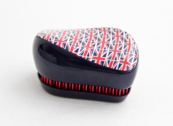 Tangle Teezer Расческа для волос Compact Styler Cool Britannia375058Элегантная расческа Tangle Teezer Compact Styler - это профессиональный уход между делом. Расческа имеет удобный чехол и позволяет быстро распутать волосы, уложить их и придать прическе завершающий штрих. Двухуровневая система зубчиков позволяет одновременно расчесывать и приглаживать волосы, придавая им роскошный блеск. Вы сможете легко добавить объем своей прическе, волосы будут легкими и послушными. Есть пара секунд и расческа Tangle Teezer Compact Styler? Ваши волосы будут в порядке!