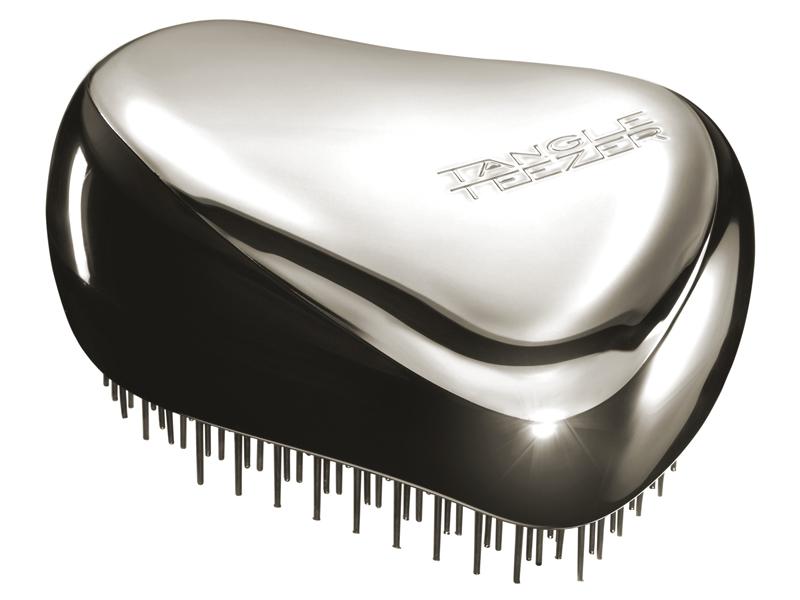 Tangle Teezer Расческа для волос Compact Styler Starlet375072Элегантная расческа Tangle Teezer Compact Styler - это профессиональный уход между делом. Расческа имеет удобный чехол и позволяет быстро распутать волосы, уложить их и придать прическе завершающий штрих. Двухуровневая система зубчиков позволяет одновременно расчесывать и приглаживать волосы, придавая им роскошный блеск. Вы сможете легко добавить объем своей прическе, волосы будут легкими и послушными. Есть пара секунд и расческа Tangle Teezer Compact Styler? Ваша прическа будет в идеальном порядке!