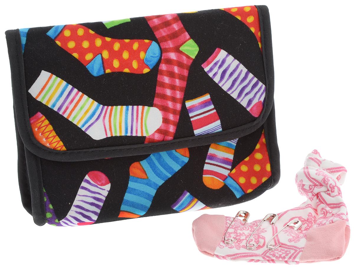 Органайзер для мелочей и косметики RTO Носочный бум, цвет: черный, белый, розовый3730-RT-126D_ черный, белый, розовыйОрганайзер для мелочей и косметики RTO Носочный бум изготовлен из высококачественного хлопка с изображением разноцветных носков. Изделие имеет одно отделение, которое закрывается на застежку-молнию. Внутри - один накладной кармашек. С внутренней стороны клапана имеется зеркальце. В комплект входит игольница в виде носка с 3 булавками. Органайзер RTO Носочный бум - яркий стильный аксессуар, который станет незаменимым для хранения косметики, принадлежностей для шитья и различных мелочей. Благодаря компактным размерам он поместится в любую сумочку.