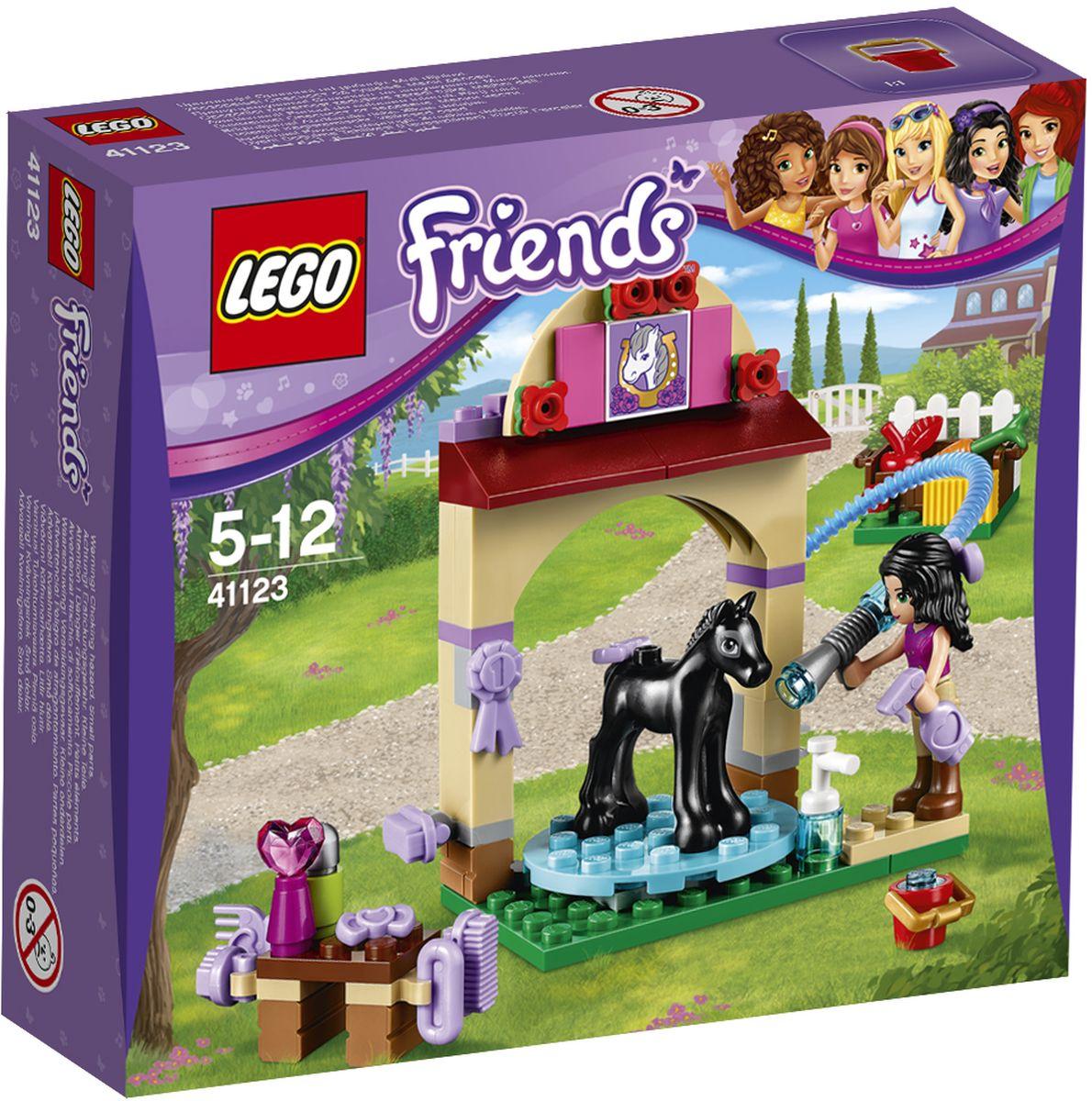 LEGO Friends Конструктор Салон для жеребят 4112341123Эмма готовит жеребенка Алмаза к его первой выставке лошадей. Хорошо вымойте жеребенка с помощью шланга и специального шампуня для лошадей, а затем причешите его с помощью щеток и расчесок. Затем дайте Алмазу яблоко и приколите бантик на гриву - он так хорошо себя вел! Набор включает в себя 77 разноцветных пластиковых элементов. Конструктор - это один из самых увлекательных и веселых способов времяпрепровождения. Ребенок сможет часами играть с конструктором, придумывая различные ситуации и истории.