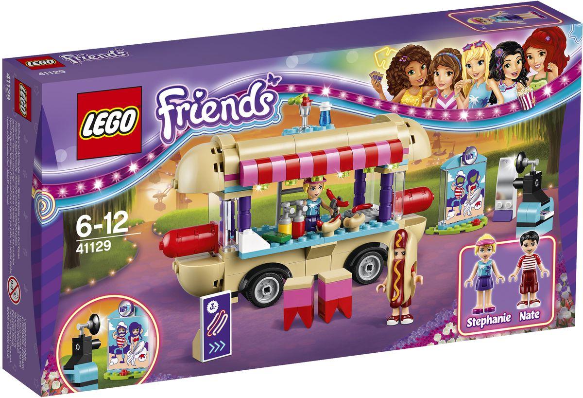 LEGO Friends Конструктор Парк развлечений Фургон с хот-догами 4112941129На крыше фургона с хот-догами Стефани находится уютный уголок, откуда открывается лучший вид на парк развлечений! Оденьте Нейта в рекламный костюм гигантского хот-дога, разогрейте сосиски на гриле и положите их в булочки, чтобы накормить голодных клиентов. Веселитесь на ярмарке и фотографируйте Стефани возле ярмарочных стендов для фотографирования. Еще здесь можно сходить в невероятную комнату кривых зеркал, чтобы посмеяться от души! Набор включает в себя 243 разноцветных пластиковых элемента. Конструктор - это один из самых увлекательных и веселых способов времяпрепровождения. Ребенок сможет часами играть с конструктором, придумывая различные ситуации и истории.