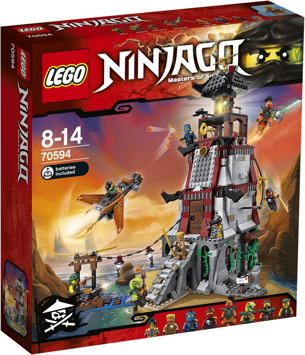 LEGO NINJAGO Конструктор Осада маяка 7059470594Джей и Ния укрываются на маяке и устанавливают множество ловушек, готовясь к нападению небесных пиратов. Уклоняйтесь от беглого огня, который открыли пираты со своего самолета. Активируйте функцию ловушки на лестнице у входной двери, чтобы отправить захватчиков кувырком прямо в тюремную камеру в подвале. Покажите навыки паркура ниндзя для перемещения вверх и вниз по стенам или скольжения вниз по трубе, вызывая врага на бой. Используйте динамит против небесных пиратов, сразитесь с Надаканом за Джинн-клинок и одержите победу! Конструктор LEGO NINJAGO. Осада маяка включает в себя 767 разноцветных пластиковых элементов. Конструктор - это один из самых увлекательных и веселых способов времяпрепровождения. Ребенок сможет часами играть с конструктором, придумывая различные ситуации и истории. Рекомендуется докупить 2 батарейки напряжением 1,5V типа LR41 (товар комплектуется демонстрационными).