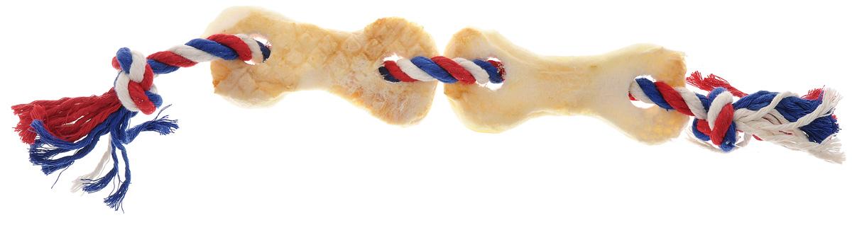 Игрушка-лакомство для собак Titbit, канат с двумя косточками из говяжьей кожи6788Игрушка-лакомство Titbit - это оригинальная и привлекательная для собак комбинация игрушки и ароматного натурального лакомства - двух косточек из говяжьей кожи. Игрушка эффективна для ухода за ротовой полостью. Структура каната способствует очищению зубов, при этом не повреждает десна. Сухие лакомства помогают удалить зубной налет. Игрушка предназначена для собак старше 10 недель. Состав: высушенная говяжья кожа, 100% хлопковый канат. Толщина каната: 10 мм. Длина каната: 38 см. Товар сертифицирован.