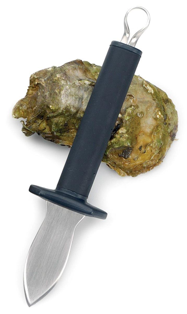 Нож для устриц RSVP Endurance, длина лезвия 18,4 смOYST KNОтличительная черта устричного ножа RSVP Endurance – короткое прочное лезвие из нержавеющей стали с тупым концом и краями, позволяющее легче вскрыть раковину устрицы. Защитная накладка не только придает ножу неповторимый вид, но и дополнительно защищает руку от раковины. Мягкая и удобная рукоять позволяет вскрывать этим ножом несколько устриц кряду.