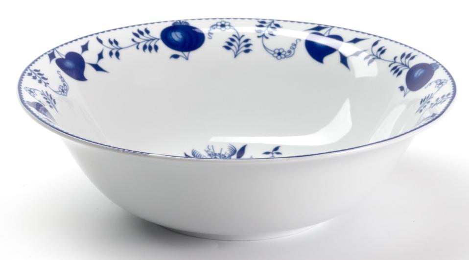 Салатник La Rose des Sables Ognion Bleu, диаметр 25 см531625 1313Салатник La Rose des Sables Ognion Bleu выполнен из высококачественного тунисского фарфора, изготовленного из уникальной белой глины. На всех изделиях La Rose des Sables можно увидеть маркировку Pate de Limoges. Это означает, что сырье для изготовления фарфора добывают во французской провинции Лимож, и качество соответствует высоким европейским стандартам. Все производство расположено в Тунисе. Особые свойства этой глины, открытые еще в 18 веке, позволяют создать удивительно тонкую, легкую и при этом прочную посуду. Благодаря двойному термическому обжигу фарфор обладает высокой ударопрочностью, жаропрочностью и великолепным блеском глазури. Коллекция Ognion Bleu (Синий лук) - это мотивы природы и изящный растительный орнамент в ярких синих тонах. Прекрасный вариант посуды на каждый день. Коллекция отлично смотрится в любом интерьере. Можно использовать в СВЧ печи и мыть в посудомоечной машине.