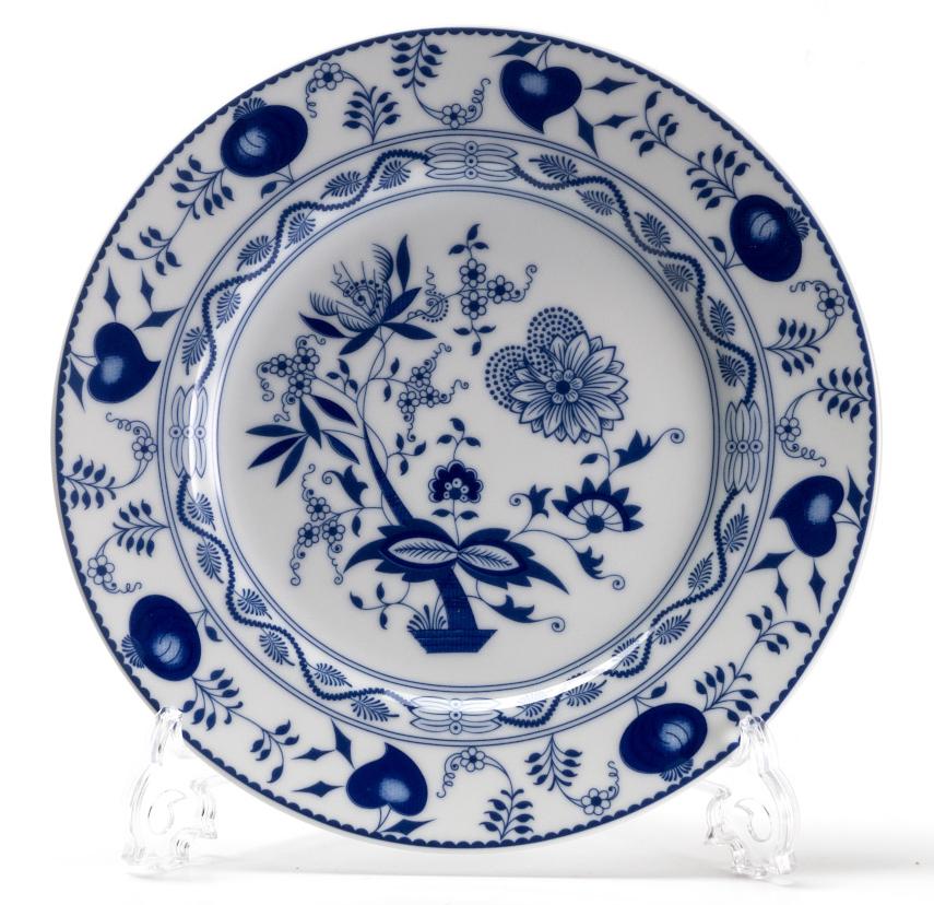 Блюдо La Rose des Sables Ognion Bleu, диаметр 32 см580632 1313Блюдо La Rose des Sables Ognion Bleu выполнено из высококачественного тунисского фарфора, изготовленного из уникальной белой глины. На всех изделиях La Rose des Sables можно увидеть маркировку Pate de Limoges. Это означает, что сырье для изготовления фарфора добывают во французской провинции Лимож, и качество соответствует высоким европейским стандартам. Все производство расположено в Тунисе. Особые свойства этой глины, открытые еще в 18 веке, позволяют создать удивительно тонкую, легкую и при этом прочную посуду. Благодаря двойному термическому обжигу фарфор обладает высокой ударопрочностью, жаропрочностью и великолепным блеском глазури. Специальный размер блюда идеален для сервировки канапе и тарталеток. Коллекция Ognion Bleu (Синий лук) - это мотивы природы и изящный растительный орнамент в ярких синих тонах. Прекрасный вариант посуды на каждый день. Коллекция отлично смотрится в любом интерьере. Можно использовать в...