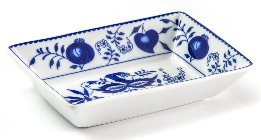 Блюдо La Rose Des Sables Ognion Bleu, 13 см710813 1313Фарфор производится в Тунисе из знаменитой своим качеством и белизной глины, добываемой во французской провинции Лимож. Преимущества этого фарфора заключаются в устойчивости к сколам и трещинам, что возможно благодаря двойному термическому обжигу. Лиможский фарфор не содержит включений тяжелых металлов, что соответствует мировым и российским санитарным требованиям. Данную серию можно использовать в СВЧ и посудомоечной машине. Приобретая лиможский фарфор, вы становитесь обладателем древних традиций и искусства фарфора.